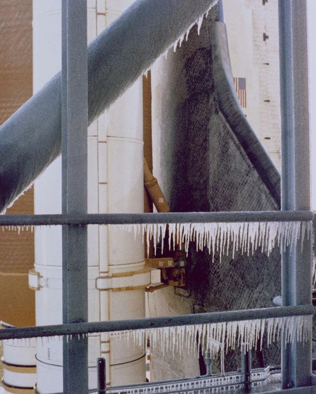 De la glace s'est formée sur la pas de tir de la navette Challenger à cause de températures glaciales exceptionnelles en Floride le 28 janvier 1986 (Crédit: NASA)