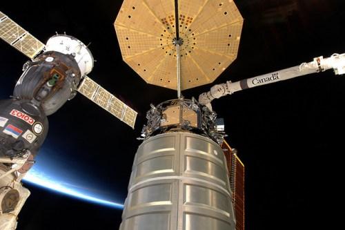 Le cargo CygnusOA-4 juste avant son départ de l'ISS le 19/02/2016 (credit NASA)