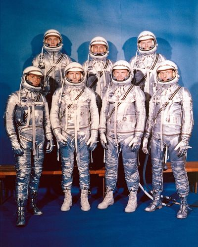 """Les """"Mercury Seven"""" en 1960 (credit NASA) : (rang du fond) Shepard, Grissom, Cooper (premier rang)Schirra, Slayton, Glenn, Carpenter."""