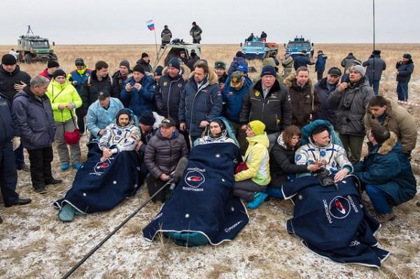 Mikhail Kornienko, Sergei Volkov et Scott Kelly (de gauche à droite), après leur atterrissage le 02/03/2016 – Expedition 46 (Credit: NASA/Bill Ingalls)