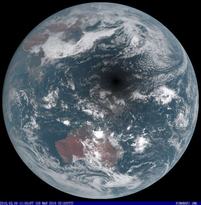 Image satellite de l'éclipse totale du Soleil du 9 mars 2016 par le satellite météorologique géostationnaire Himawari (source Japan Meteorological Agency)