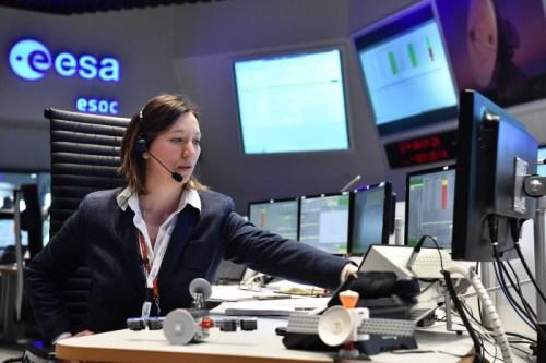 La directrice adjointe des opérations du satellite ExoMars , Silvia Sangiorgi, de l'équipe de contrôle en vol à l'ESOC de Darmstadt (credit ESA / J. Mai)