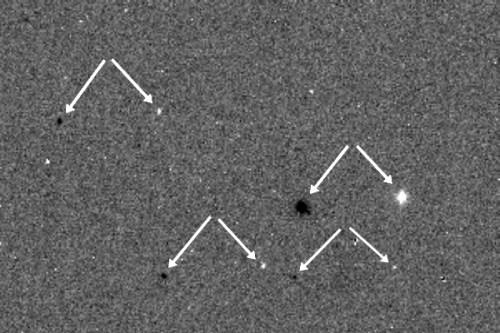 Première image d'un ciel étoilé par la caméra  CaSSiS d'ExoMars. Les flèches indiquent le décalage des positions des étoiles. (credit ESA / Roscosmos / CASSIS)