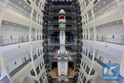 La lanceur CZ-7 (Long march 7) dans son batiment d'assemblage au centre de lancement Wenchang (source NewChina)