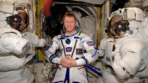 Tim Peake lors du contrôle d'étanchéité de sa combinaison Sokol avant son retour sur Terre prévu le 18/06/2016 (credit ESA / NASA)