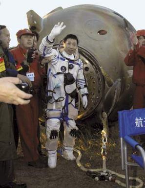 Yang Liwei, le premier taïkonaute, après l'atterrissage dans le nord de la Chine, le 16 Octobre 2003 (Credit AP)