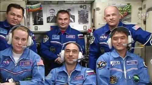 Les six nouveau membres de l'Expedition 48 au complet lors de la première vidéo avec la Terre depuis l'ISS : (1er rang, de gauche à droite) Kate Rubins, Anatoly Ivanishin et Takuya Onishi (2e rang, de g à d) Oleg Skripochka, Alexey Ovchinin et Jeff Williams. (Crédit: NASA TV)