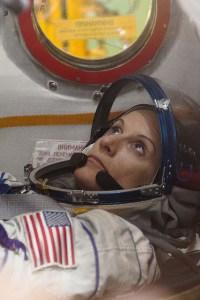 Kate Rubins à Baïkonour lors des derniers tests dans le Soyouz MS-01 (credit GCTC/Andrei Shelepin)