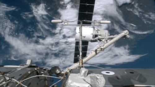 Désaccostage le 26/08/2016 du cargo Dragon CRS-9 de l'ISS, ici au bout du bras robotique Canadarm2 (credit NASA TV)