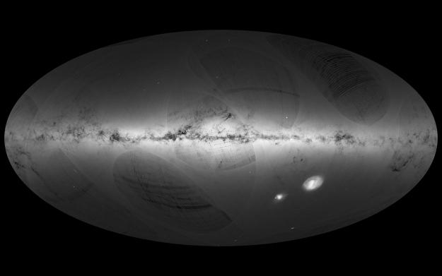 Carte du ciel à haute résolution spatiale basée sur les observations du satellite astrométrique Gaia de l'ESA. Les niveaux de gris traduisent le nombre de sources détectées par unité de surface. Les zones les plus claires correspondent typiquement à 500 000 sources par degré carré (à peu près la dimension de l'objet Omega Cen vers le milieu de la carte). La trace de la Galaxie est bien visible et les zones sombres avec peu de détections, permettent de détailler, avec une excellente résolution, les nuages de gaz et de poussières qui absorbent la lumière des étoiles. Les marques striées et les grandes structures plus ou moins ovales résultent du balayage du ciel par Gaia sur une durée de 14 mois et disparaitront dans les versions suivantes. © ESA/Gaia/DPAC. Image generated by: André Moitinho & Márcia Barros (CENTRA - University of Lisbon) on behalf of DPAC.