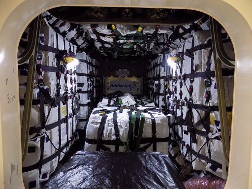 Chargement du cargo Cygnus OA-5 (credit: Orbital ATK)