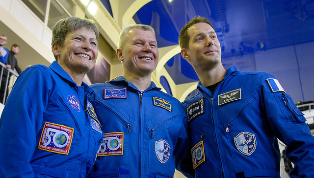 Peggy Whitson (à gauche), Oleg Novitsky (au centre) et Thomas Pesquet (à droite) lors de l'examen final de l'Expedition 50/51 (credits Bill Ingalls/NASA)