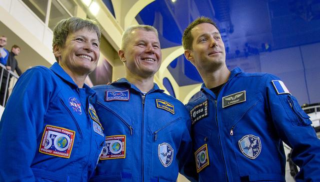 Peggy Whitson (à gauche), Oleg Novitsky (au centre) et Thomas Pesquet (à droite) lors de l'examen final de l'Expedition 50/51 (credits Bill Ingalls/NASA)