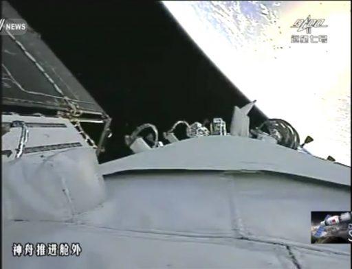 Vue depuis une caméra fixée au vaisseau Shenzhou-11 avec l'un des panneaux solaires (capture d'écran CCTV)