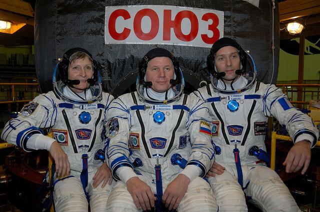 Peggy Whitson, Oleg Novitsky et Thomas Pesquet devant le vaisseau Soyouz MS03 en scaphandre de vol (credit Roscosmos)