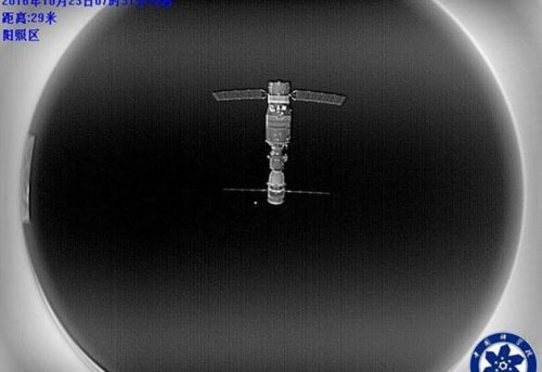 Tiangong-2 et Shenzhou-11 photographiés par la caméra fisheye du satellite BanXing-2 (Credit: Chinese Academy of Sciences)