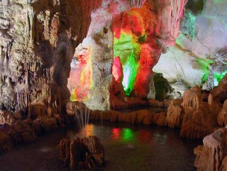 hồ nước nhỏ bên trong hang trống, hang trinh nữ
