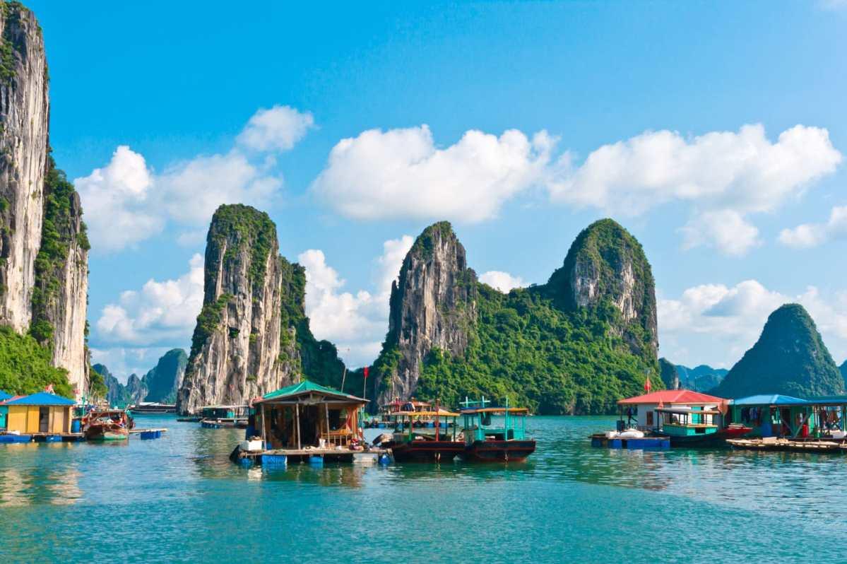 nhà nổi và thuyền đánh cá ở làng chài cửa vạn