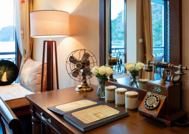 Bàn trang trí bên trong phòng hạng Junior Suite, du thuyền Indochine