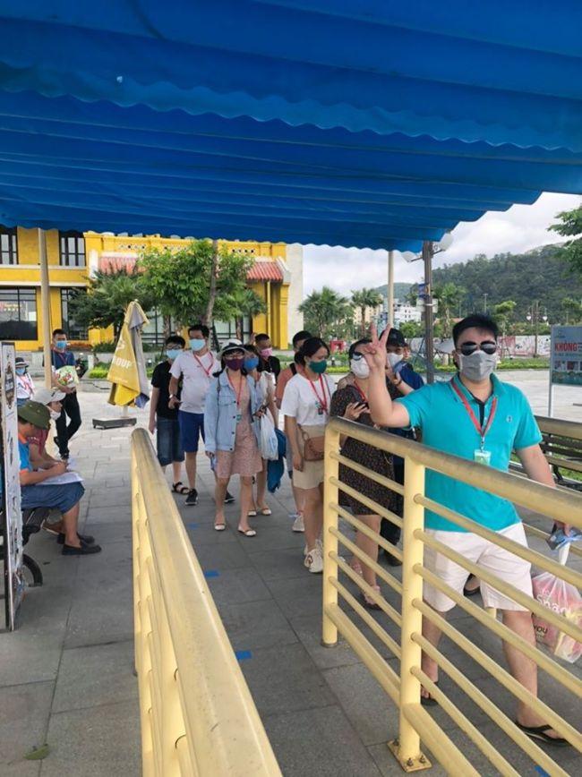 Du khách đi qua cửa soát vé tại bến tàu Hạ Long