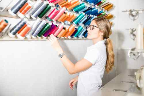 Kathleen Reid selecting the best Yarn for her Embroidery Machine ReviewRound