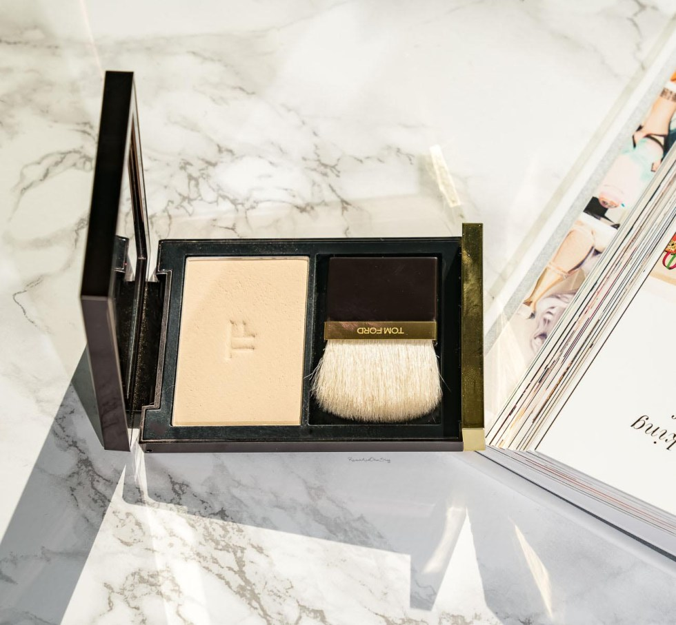 Tom Ford Illuminating Powder in 01 Translucent swatch