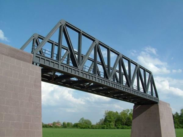 A girder bridge made of trusses. Image credit luetke-modellbahn.de