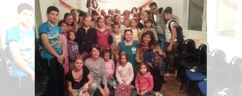 El grupo de voluntarios con los niños del campamento. Foto: cortesía de APM