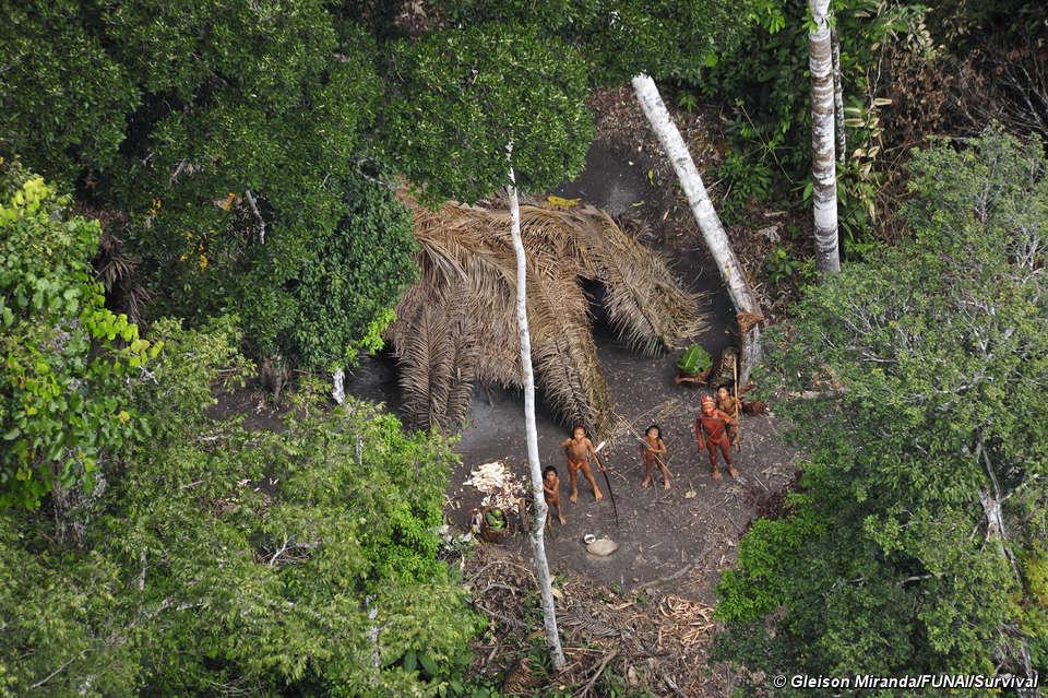 Misioneros cristianos fundamentalistas provocan la muerte de indígenas en Brasil