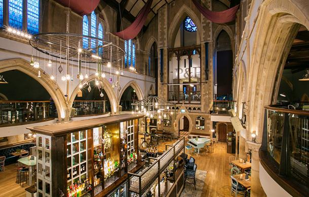 restaurante dentro de una iglesia
