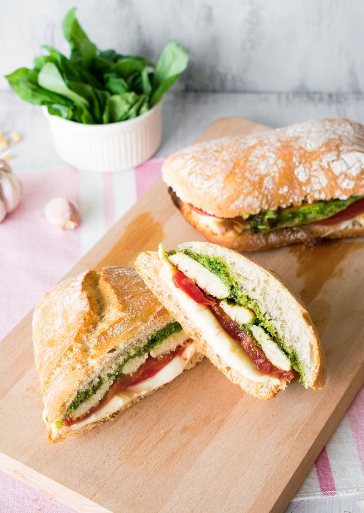 sandwich de pollo al pesto