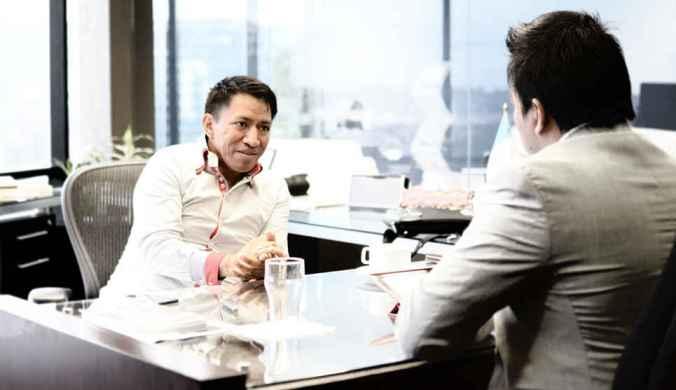 Alexis Canahui entrevistando a Marcos Andres Antil en Guatemala.