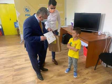 """Liberalii argeșeni au oferit copiilor """"armele"""" preferate ale Brătienilor 4"""