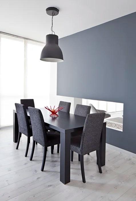 Lámpara de la firma sueca Ikea –de metal pintado de gris– y el comedor de la marca danesa BoConcept.
