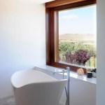 Vista del baño principal de la casa CRR de TASH en Toledo, España.
