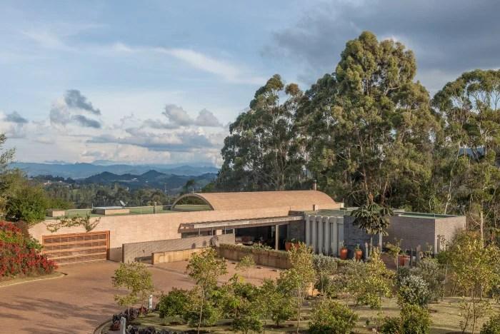 La disposición horizontal de los volúmenes de mampostería armonizan con las terrazas y los jardines. Al sur, en los días despejados, se ve la cumbre nevada del volcán del Ruiz.