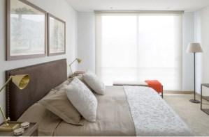 Los taches opacos del espaldar hacen que sobresalga el color dorado de las lámparas metálicas, a las que se les gradúa y focaliza la luz. La banqueta y la consola, ubicada frente a la cama, tienen estructura de hierro, material que actualiza la tendencia clásica de la habitación principal.