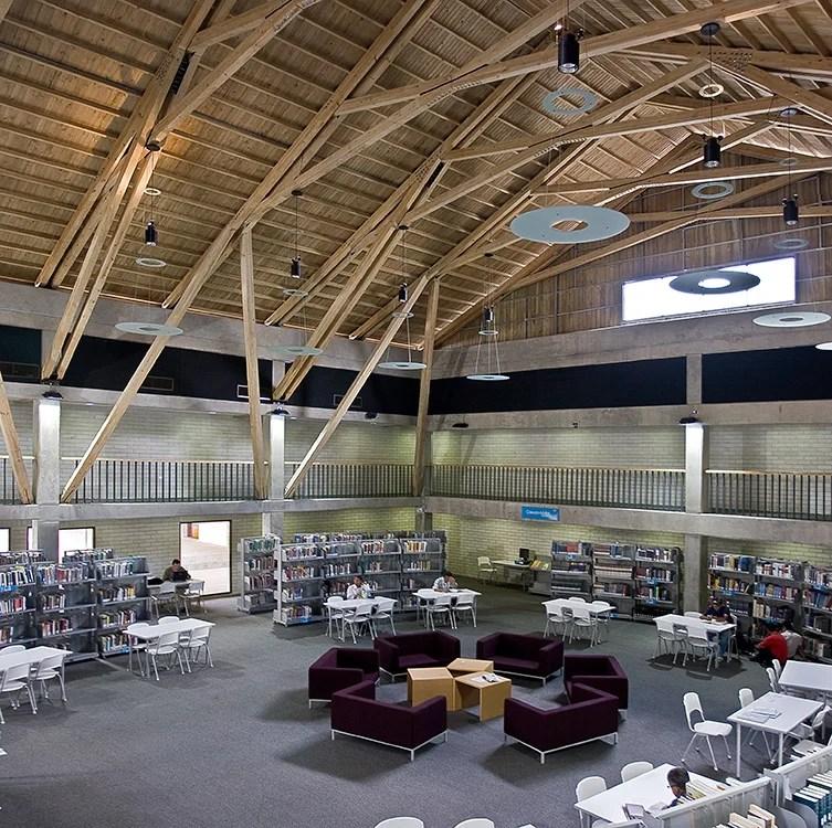 La Biblioteca Pública de Belén, en Medellín, otro de los finalistas, busca ser un eje integrador de los barrios separados por la carrera 80.