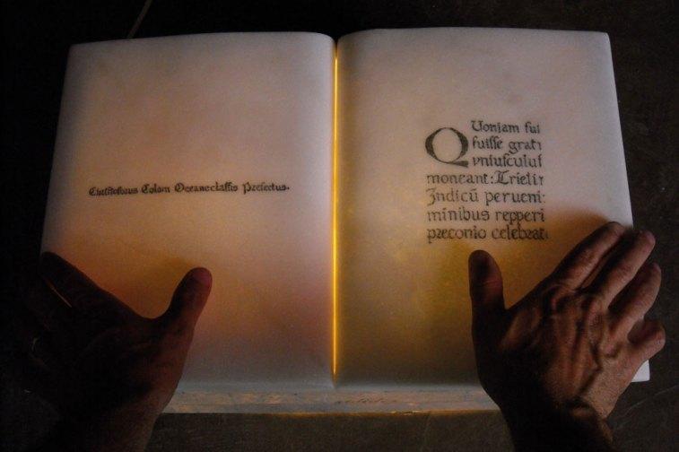 Libro Imago Mundi. Mármol Thassos griego y gris punilla