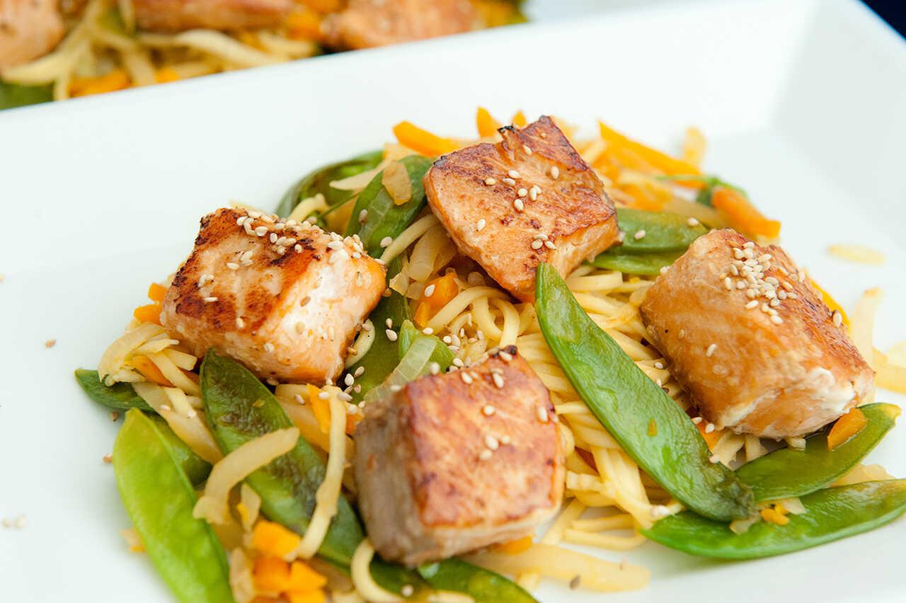 Somon cu legume şi tăieţei asiatici