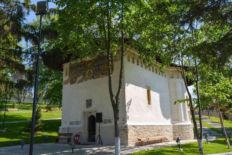 Mănăstirea Coşula, când îngerii pictează