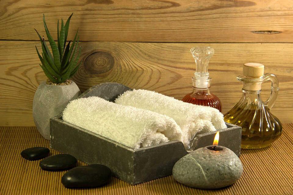 5 beneficii ale masajelor cu pietre fierbinți