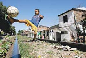 Dossiê que reúne impactos e violações de direitos no caminho para a Copa do Mundo será entregue aos governos e às prefeituras das 12 cidades-sede da Copa, além de órgãos municipais, estaduais, federais e internacionais.