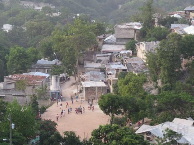 Fim de tarde no morro: jovens se animam com partida de futebol. Porto Principe, Haiti. Foto: Miriane Peregrino