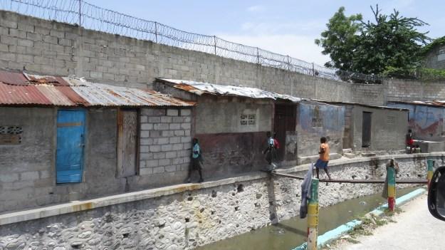 No entorno de diversas empresas, a moradia precária de boa parte da população da capital haitiana. As zonas francas muradas e as fortificações também são defendidas pelas tropas da Minustah. Porto Príncipe, Haiti. Foto: Miriane Peregrino.