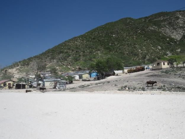 Conjunto habitacional construído para receber haitianos exilados da República Dominicana, localizado à beira da estrada e próximo ao lago Azuei, alguns quilômetros após o posto de Malpasso. A tensão entre os dois países continua nos dias de hoje. Fonds Parisien, Haiti. Foto: Miriane Peregrino