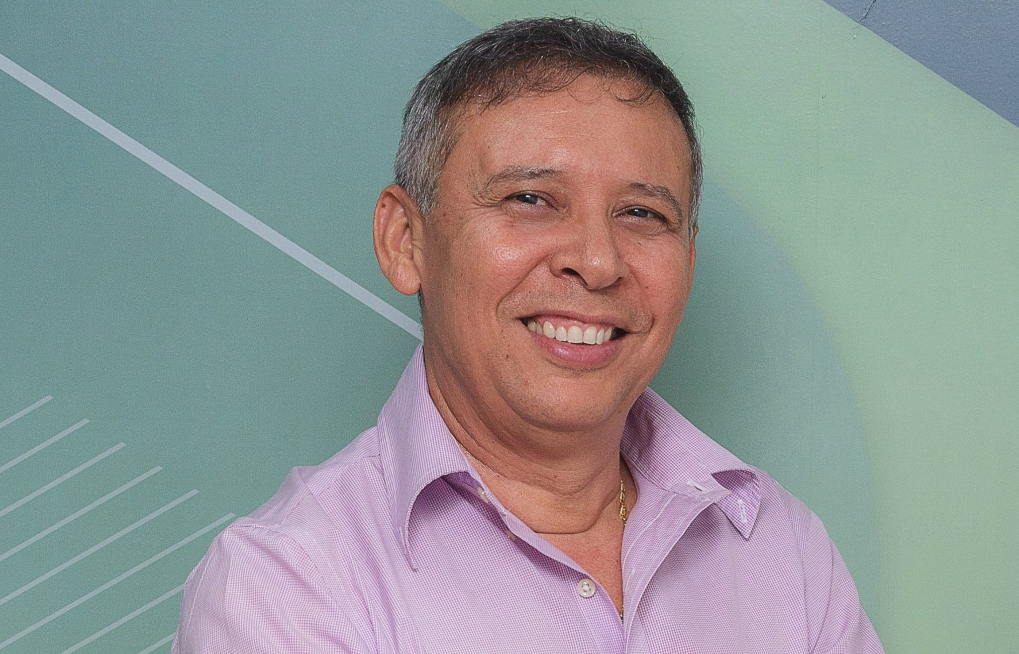 Wilson Cruz conta sua trajetória no programa É De Farmácia