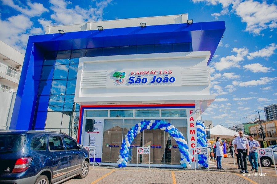 São João abre farmácia com drive thru