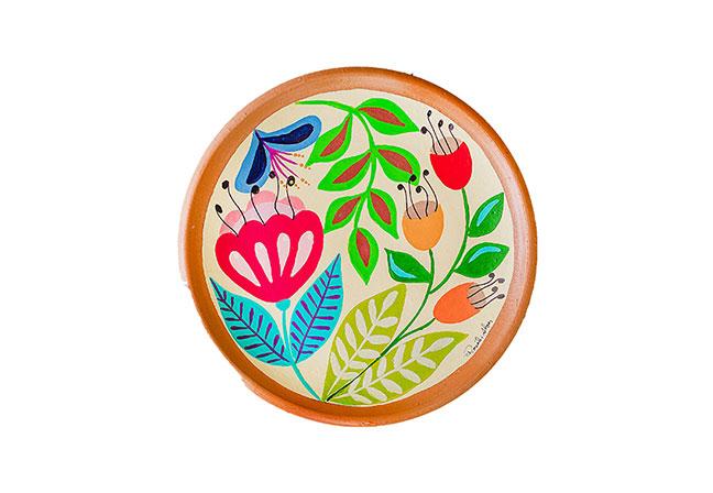 ARTES DO IMAGINÁRIO BRASILEIRO | Em cerâmica, o prato decorativo com pintura floral é perfeito para o décor do verão. Representando cultura do artesanato brasileiro, a peça da artesã Roseli Alves é feita em Pernambuco e entregue em todo o país