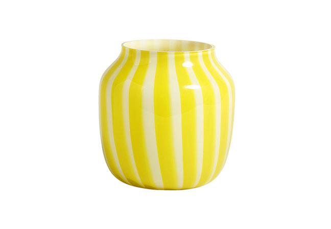 HAY DESIGN | Adicionando o frescor do verão ao décor, o vaso Wide Yellow, em vidro, integra a coleção Juice, de Kristine Five Melvær. Disponível em dois tamanhos e três combinações de cores, as linhas verticais também acompanham o design nos outros modelos